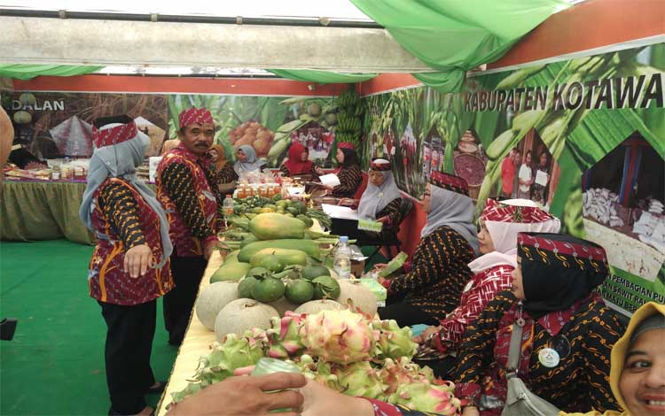 Sejumlah hasil tani di Kotawaringin Timur ditampilkan dan dijual di stan Peda KTNA XII Kalimantan Tengah