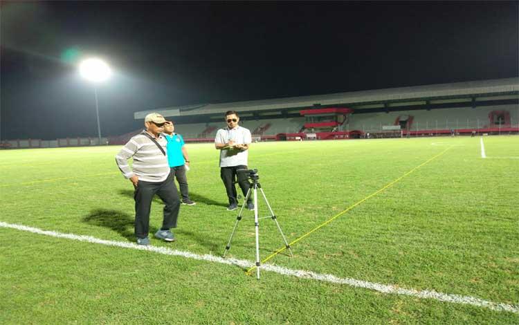 Tim verifikator PT Liga bersama manajemen Kalteng Putra mengecek tingkat pencahayaan lampu Stadion Tuah Pahoe Palangka Raya, Jumat malam, 12 Juli 2019