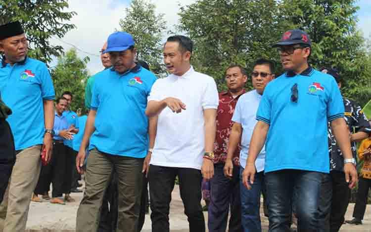 Wali Kota Palangka Raya Fairid Naparin saat meninjau kegiatan Camping CAI DPW LDII di Kebun Raya Danau Sari, Sabtu, 13 Juli 2019