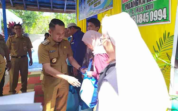 Wali Kota Palangka Raya saat menyerahkan bantuan kepada 12 panti asuhan, Senin 15 Juli 2019.
