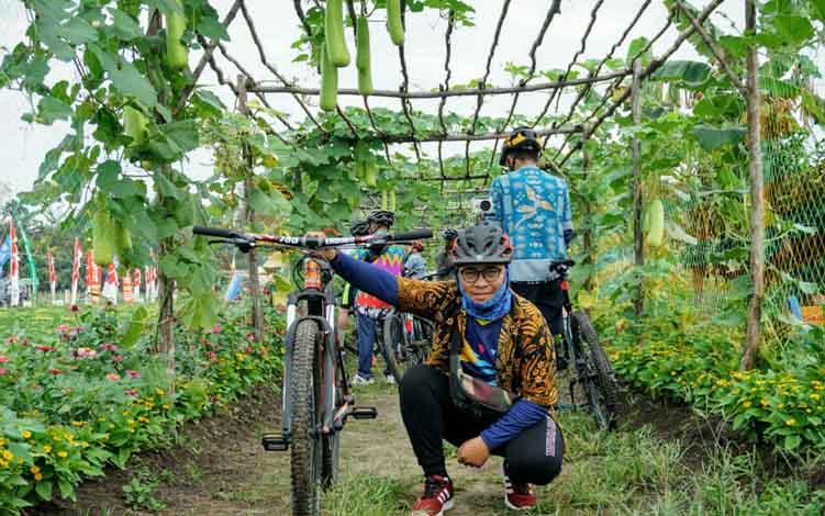 Anggota komunitas sepeda di Sampit berfoto di kawasan agrowisata Desa Eka Bahurui, Kecamatan Mentawa Baru Ketapang, Senin, 15 Juli 2019.