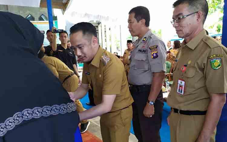 Wali Kota Palangka Raya saat menyerahkan bantuan kepada 12 panti asuhan, Senin, 15 Juli 2019.