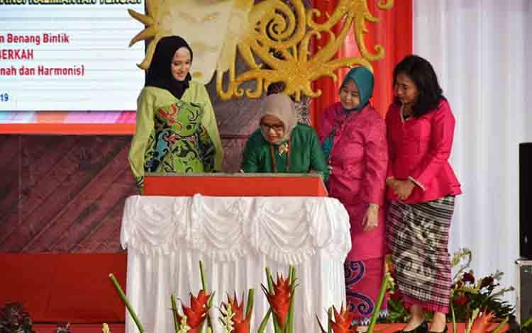 Ketua Umum Dewan Kerajinan Nasional atau Dekranas, Hj Mufidah Jusuf Kalla meresmikan gedung Dekranasda Kalteng, Senin, 15 Juli 2019.
