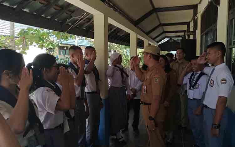 Kadisdik Kalteng, Slamet Winaryo memberi salam hormat yang juga dibalas oleh para siswa di SMAN 4 Palangka Raya.
