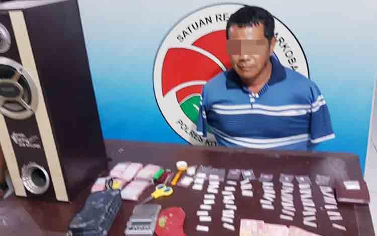 Tersangka SA saat ditangkap anggota Satuan Reserse Narkoba Polres Kobar.