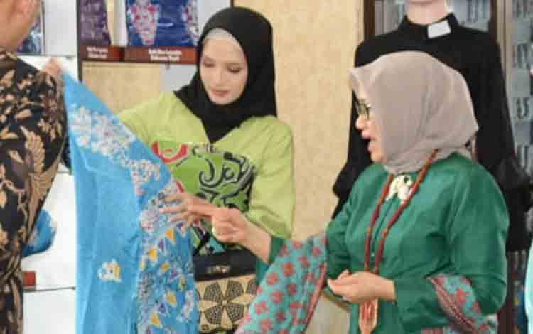 Ketua Umum Dekranas Hj Mufidah Jusuf Kalla bersama Ketua Dekranasda Kalteng Yulistra Ivo Azhari Sugianto Sabran mengecek produk lokal Kalteng, Senin, 15 Juli 2019.