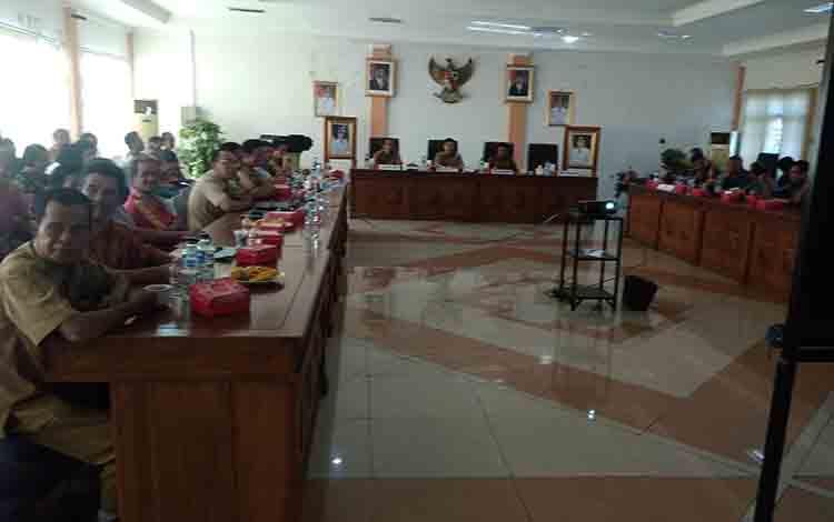 Bupati Bartim Ampera AY Mebas Pimpin rapat koordinasi Rencana Pembangunan Jalan Lingkar Longkang Desa Jaar sampai Desa Sumur Kecamatan Dusun Timur. Senin 15 Juli 2019 di Aula Rapat Bupati Tamiang Layang.