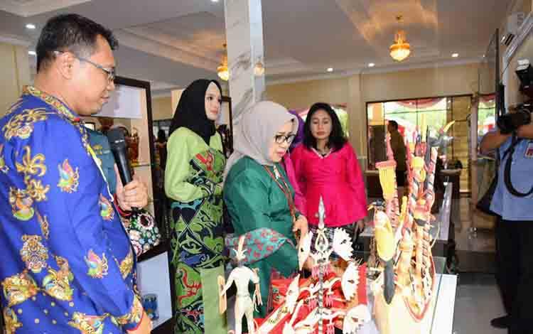 Ketua Umum Dekrana,s Hj Mufidah Jusuf Kalla bersama Ketua Dekranasda Kalteng, Yulistra Ivo Azhari Sugianto Sabran meninjau hasil kerajinan, Senin, 15 Juli 2019.