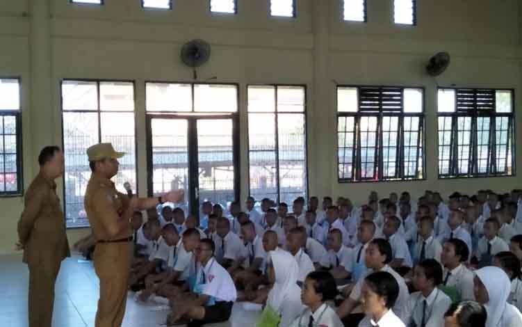 Kepala Dinas Pendidikan Provinsi Kalimantan Tengah Slamet Winaryo meninjau kegiatan MPLS di SMAN 5 Palangka Raya, Senin, 15 Juli 2019.