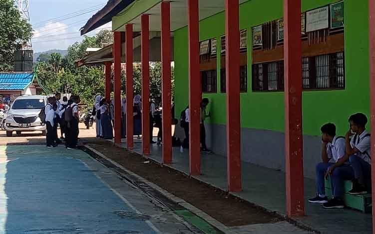 Suasana hari pertama masuk sekolah di SMAN 1 Murung, Kabupaten Murung Raya, Senin, 15 Juli 2019.
