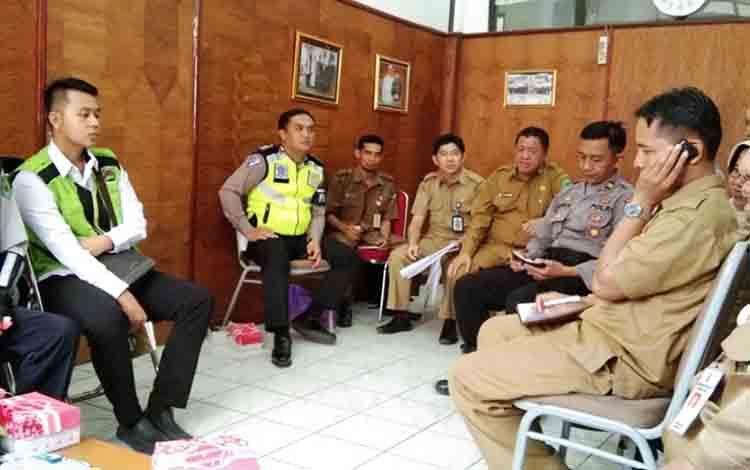 Rapat panitia keberangkatan jamaah calon haji di Setda Kapuas pada Senin, 15 Juli 2019.