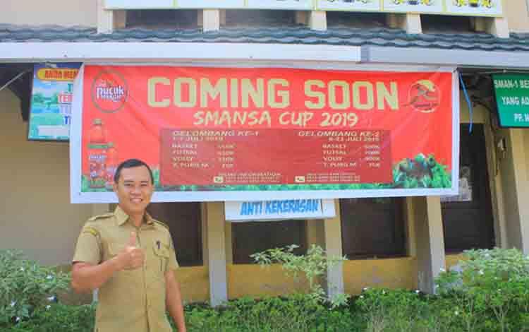 Ketua Umum kegiatan Smansa Cup 2019, Deni Apridinatae saat menunjukan spanduk turnamen, Senin, 15 Juli 2019.