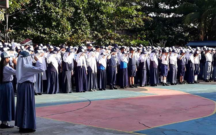 Siswa SMAN 2 Kuala Kapuas mengikuti upacara bendera, Senin, 15 Juli 2019