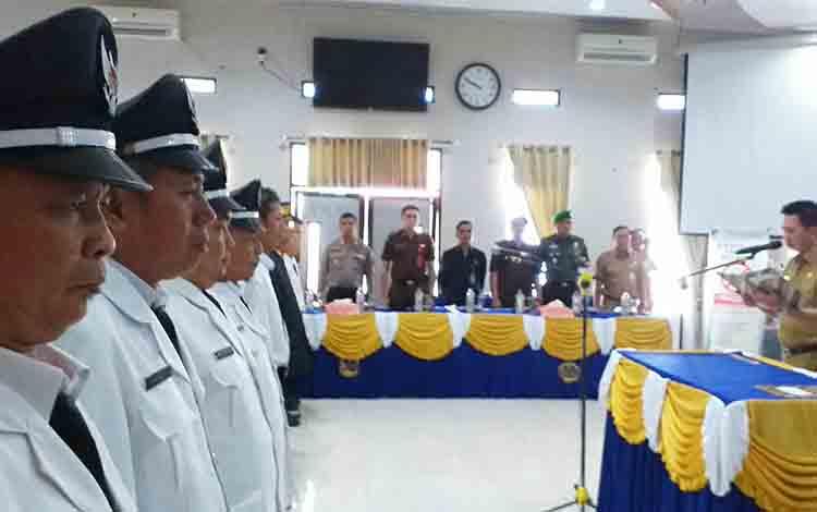 Bupati Barito Utara H Nadalsyah saat melantik sekaligus mengambil sumpah janji jabatan empat Pj Kades di aula Bappeda Litbang, Senin 15 Juli 2019.