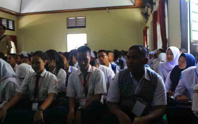 Peserta didik baru SMKN 2 Palangka Raya saat kegiatan MPLS, Senin, 15 Juli 2019.