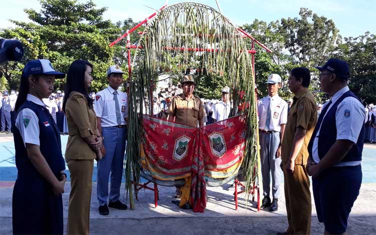 Tradisi adat pantan bahali di SMAN 2 Kuala Kapuas, Senin, 15 Juli 2019