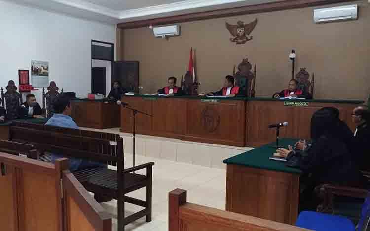 Terdakwa Yantenglie saat menjalani persidangan di Pengadilan Tipikor Palangka Raya.