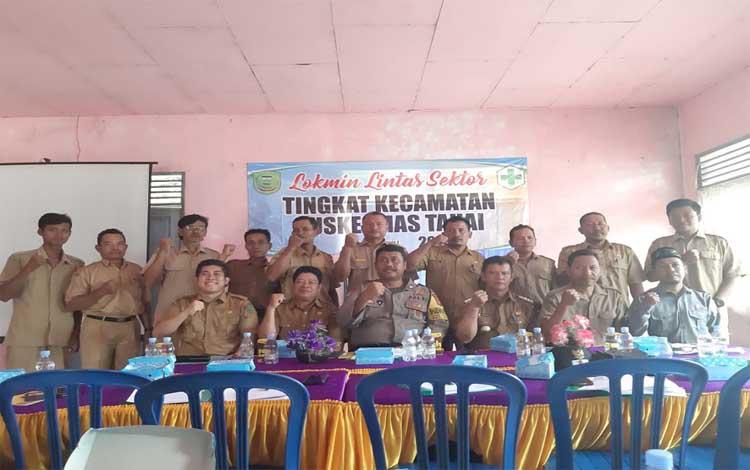 Kepala UPTD Puskesmas Tahai, dr Andrie Yogi Putra foto bersama pejabat seusai mengadakan lokakarya, Selasa 16 Juli 2019