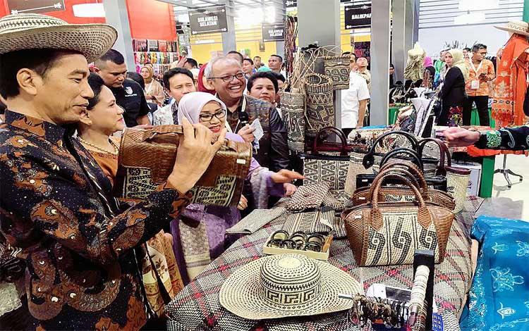Presiden Jokowi dan Ibu Negara mengunjungi stan UMKM binaan Bank Indonesia Kalteng dalam ajang KKI di Jakarta