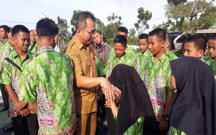 Kepala Dinas Pendidikan dan Kebudayaan Kotawaringin Barat, Rosihan Pribadi memberi semangat pada peserta FLS2N sebelum berangkat, Selasa 16 Juli 2019
