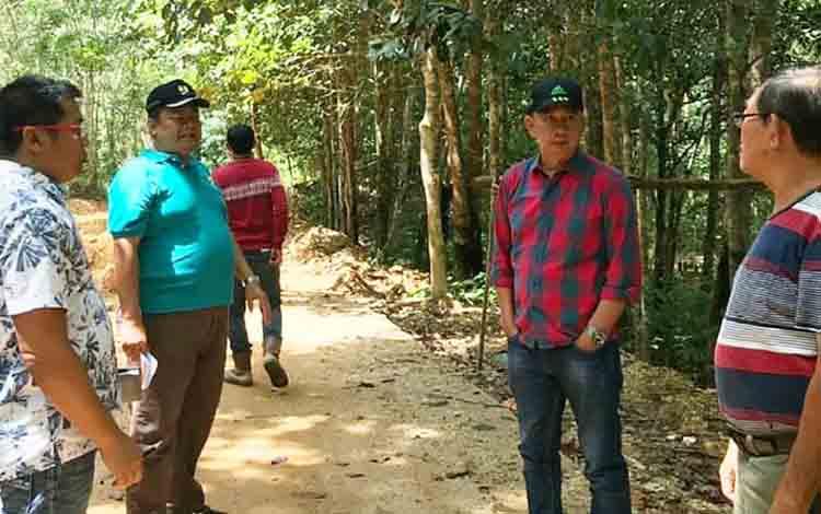 Bupati Barito Utara Nadalsyah didampingi Kepala Dinas PUPR Iwan Rusdani dan Camat Lahei saat meninjau proyek jalan Lahei - Luwe, Selasa, 16 Juli 2019.