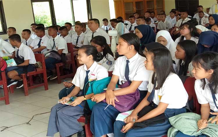 Siswa - siswi baru SMAN 10 Palangka Raya mengikuti MPLS, Selasa, 16 Juli 2019