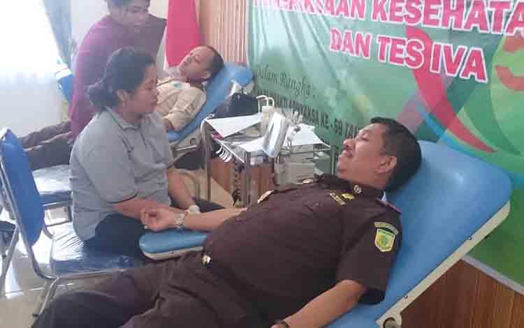 Kajari Gunung Mas Koswara saat donor darah, Selasa, 16 Juli 2019.