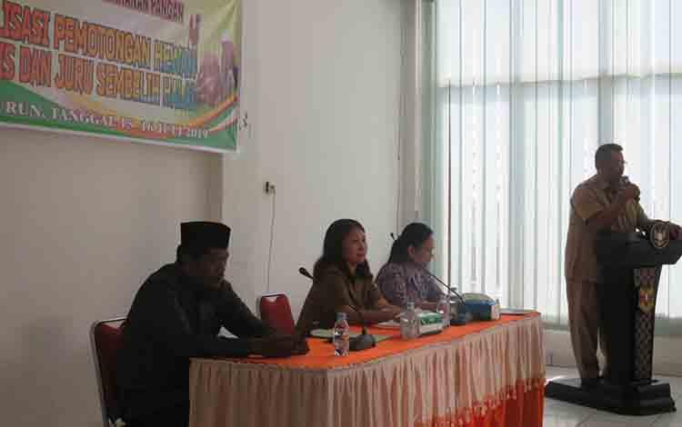 Suasana pembukaan Sosialisasi Pemotongan Hewan Higienis dan Juru Sembelih Halal di aula DPKP Gunung Mas, Selasa, 16 Juli 2019.