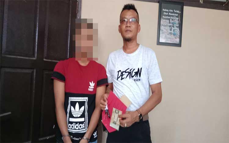 FSM (kiri) tersangka kasus pencurian motor saat bersama penyidik