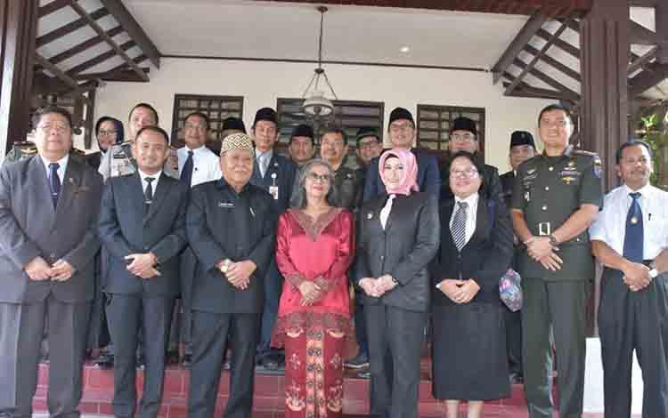 Rombongan Pemerintah Kota Palangka Raya saat foto bersama dengan keluarga Mantan Wali Kota Palangka Raya, Nahson Tawai.