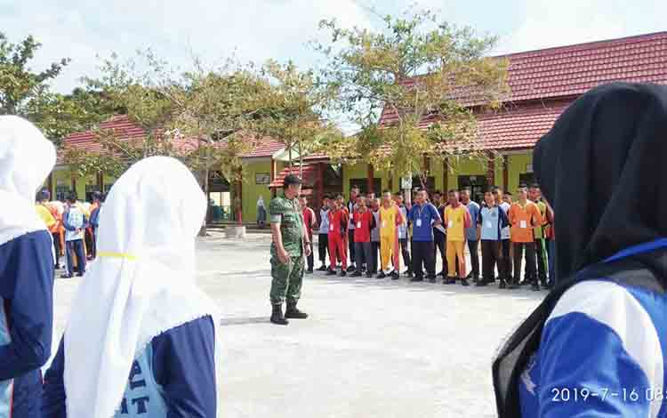 Siswa baru di SMKN 3 Sampit saat mengikuti pelatihan disiplin baris-berbaris yang dipimpin anggota TNI, Selasa, 16 Juli 2019.