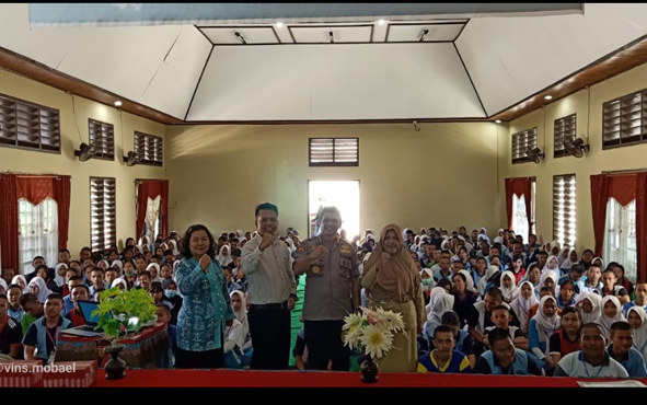 Kabid Humas Polda Kalimantan Tengah Kombes Pol Hendra Rochmawan bersama guru dan siswa baru SMKN 2 Palangka Raya, Selasa, 16 Juli 2019.