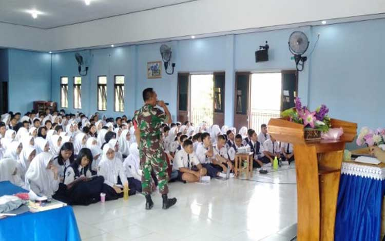 Komandan Koramil Baamang menyampaikan materi tentang wawasan dan nilai kebangsaan di SMAN 2 Sampit