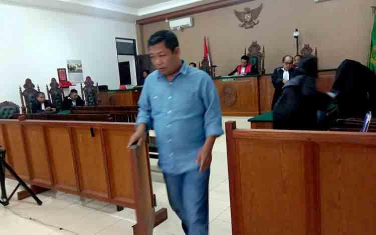 Terdakwa Yantenglie usai menjalani persidangan di Pengadilan Tipikor Palangka Raya.