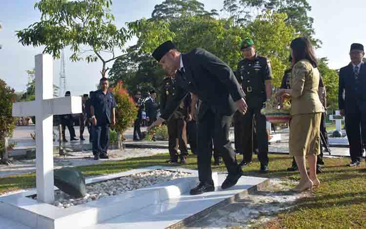 Wali Kota Palangka Raya Fairid Naparin sedang menabur bunga di TMP Sanaman Lampang, Selasa, 16 Juli 2019.