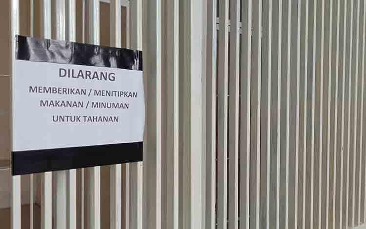 Pemberitahuan bagi keluarga tahanan di sel Pengadilan Negeri Sampit.