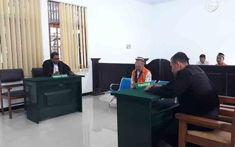 Terdakwa kasus sabu, Al saat menjalani sidang putusan di Pengadilan Negeri Pangkalan Bun, Selasa, 16 Juli 2019.