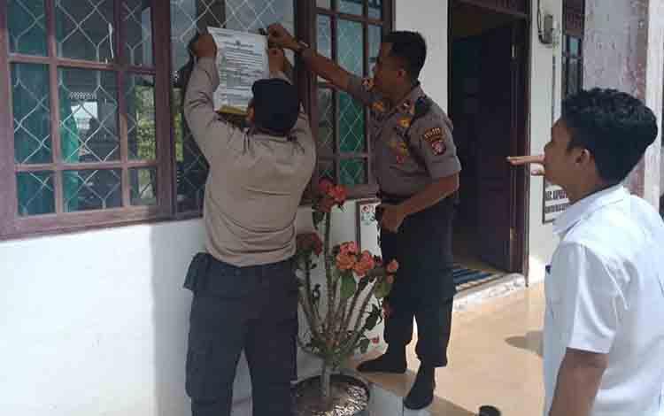 Personel Polsek Kapuas Barat memasang stiker imbauan antisipasi karhutla di Desa Sei Pitung pada Selasa siang, 16 Juli 2019