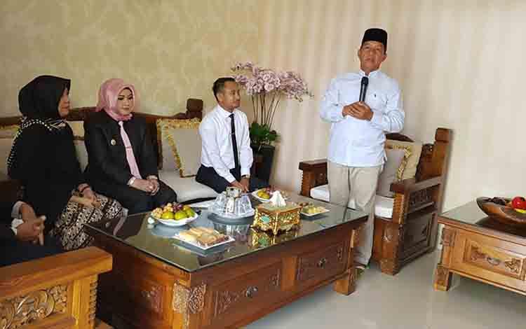 HM Riban Satia saat menerima kunjungan rombongan Pemerintah Kota Palangka Raya.