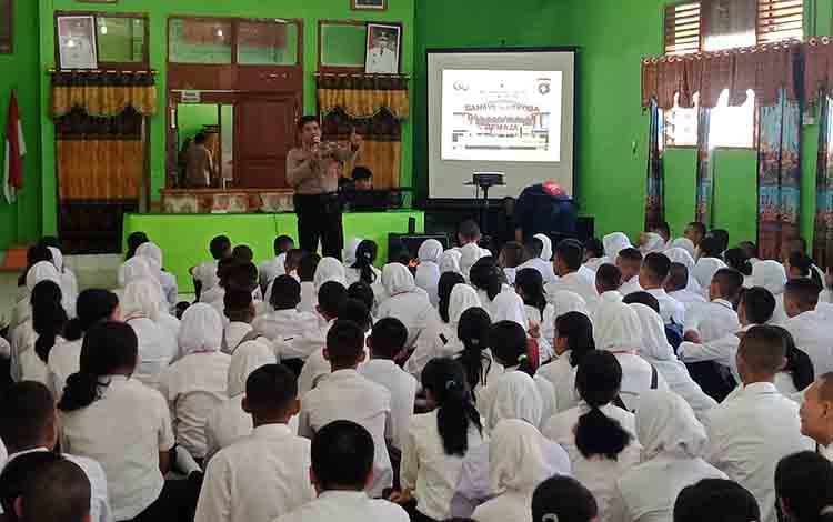 Kapolsek Murung, Ipda Yulianto saat menyampaikan materi bahaya narkoba terhadap peserta MPLS SMAN 1 Murung