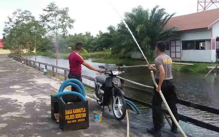 Anggota Polres Seruyan saat uji coba alat pemadaman kebakaran inovasi kendaraan sepeda motor.
