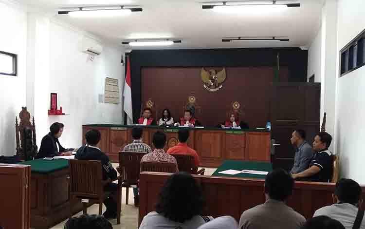 Saksi dan ahli memberikan keterangan saat sidang perkara lakalantas yang melibatkan perwira polisi berinisial MA di Pengadilan Negeri Palangka Raya, Rabu, 17 Juli 2019.