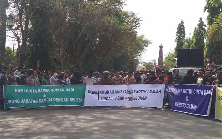 Para aksi demo saat menyampaikan apresiasi mereka di depan Kantor Pemkab Kotim, Rabu, 17 Juli 2019