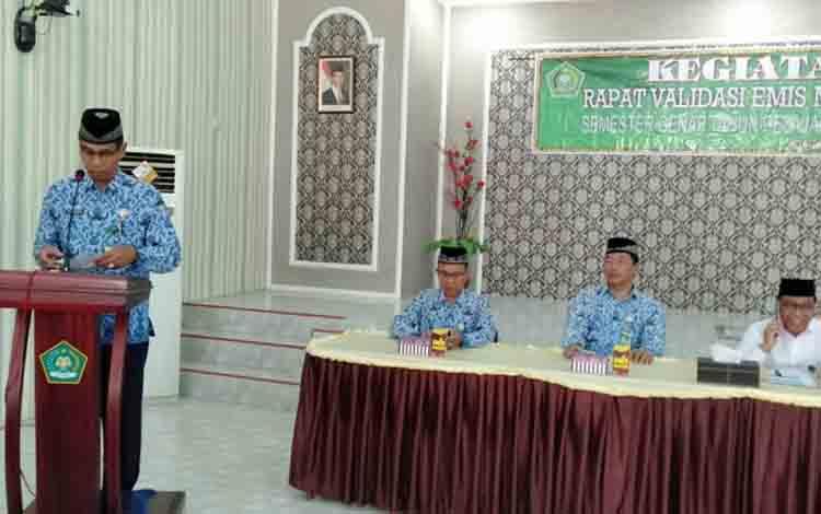 Kasi Pendidikan Madrasah H Sajarwan saat memberikan arahan kepada peserta rapat validasi aplikasi EMIS Madrasah di Kemenag Kapuas, Rabu, 17 Juli 2019