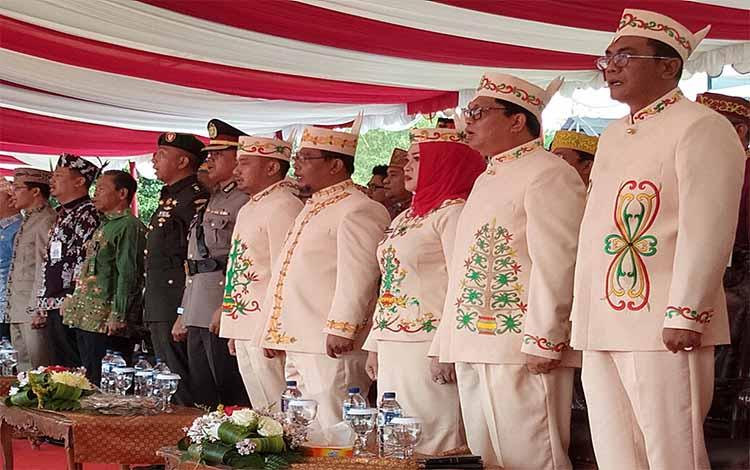 Wakil Gubernur Kalimantan Tengah, Ismail (empat dari kanan), berdampingan dengan Wali Kota Palangka Raya Fairid Naparin pada upacara hari jadi pemerintah kota dan Kota Palangka Raya, Rabu, 17 Juli 2019