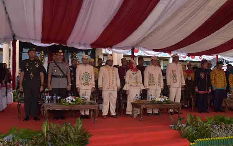 Wali Kota Palangka Raya, Fairid Naparin bersama jajaran pemerintah saat upacara peringatan HUT Kota Palangka Raya.