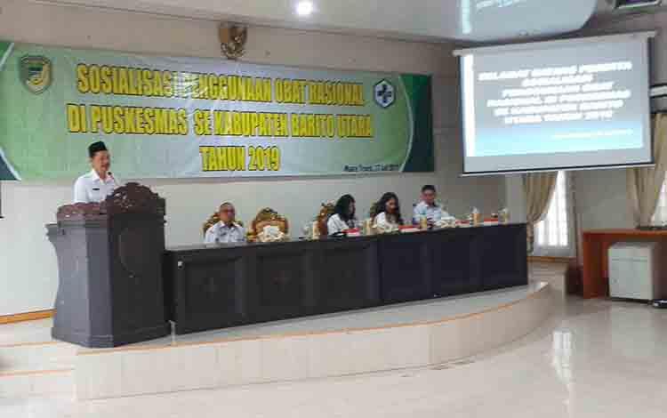 Kepala Dinas Kesehatan Kabupaten barito Utara, Siswandoyo menyampaikan sambutan dan arahan pada sosialisasi penggunaan obat rasional di puskesmas. Rabu, 17 Juli 2019.