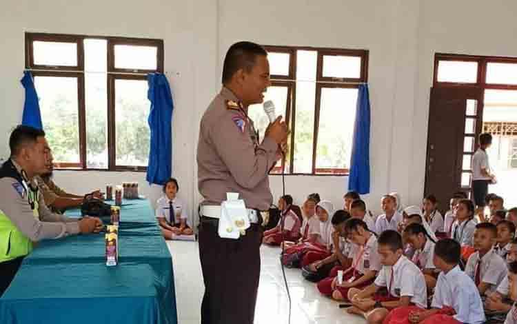 Satuan lalu lintas (Satlantas) Polres Murung Raya (Mura) gelar program Police Go To School pada kegiatan Masa Pengenalan Lingkungan Sekolah (MPLS) di SMPN 1 Murung, Rabu,17 Juli 2019.