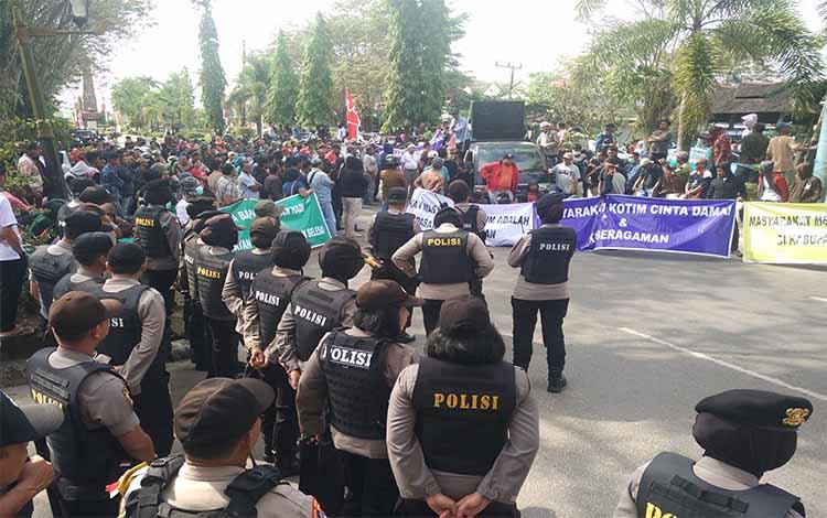 Ratusan kelompok masyarakat saat melakukan demo dukungan terhadap Supian Hadi, Rabu, 17 Juli 2019
