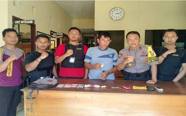 Kapolsek Katingan Kuala Ipda Muhammad Rohim dan anggotanya mengapit Bs tersangka pengedar sabu
